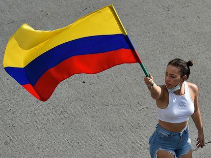 Una mujer sostiene una bandera de Colombia, en Cali, este 19 de mayo.