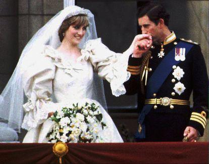 El príncipe de Gales, Carlos de Inglaterra, besa en la mano a su flamante esposa Lady Diana Spencer, en el balcón del palacio de Buckingham, el día de su boda, en 1981.
