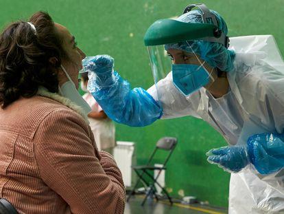 Una mujer es sometida a una prueba PCR en el dispositivo instalado en el Frontón Arizmendi de Ermua (Bizkaia), este lunes.