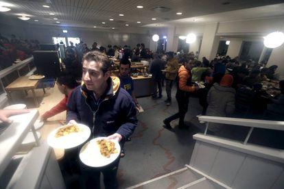 Refugiados en el hotel de una estación de esquí donde fueron alojados en diciembre.