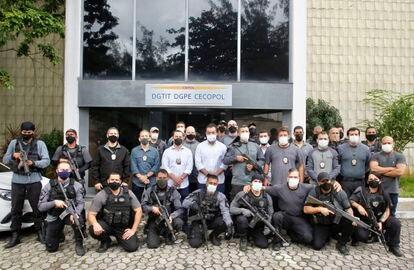 El gobernador de Río, Cláudio Castro (en el centro, con mascarilla y camisa blancas), posa rodeado del comando de 21 policías civiles que participaron en la operación contra Ecko, jefe de la mayor milicia carioca, el pasado día 12.