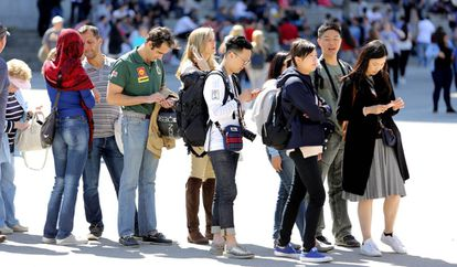 Unos turistas chinos hacen cola para entras en un museo en Madrid.