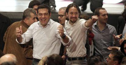 El líder de Podemos, Pablo Iglesias, junto al dirigente de Syriza, Alexis Tsipras, a su llegada al congreso de Podemos en noviembre.
