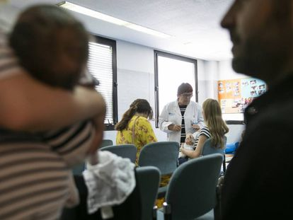 Personas esperando en un centro sanitario de Goya, en Madrid, el pasado año.