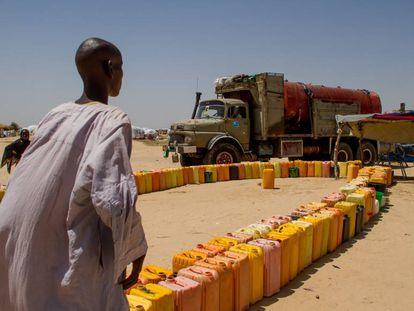 Un vecino de Kindjandji, en Níger, observa cómo uno de los camiones descarga agua para los refugiados.