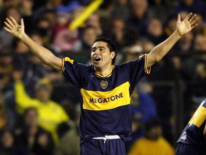 Riquelme celebra un gol en un partido con Boca Juniors.