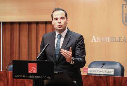 Ignacio Aguado da un discurso en la Asamblea de Madrid.