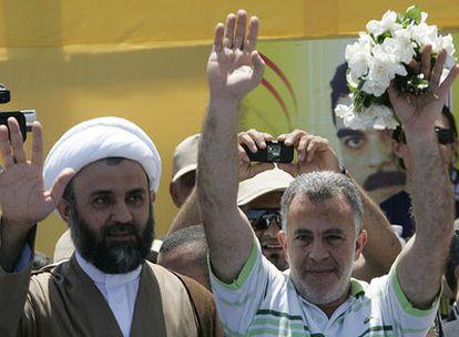 El jeque Naim Kaouk (I), líder de Hezbolá en el sur de Líbano, y el recién liberado Nesim Naser
