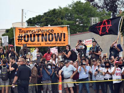 Manifestantes en Kenosha (Wisconsin), ante la visita de Trump.
