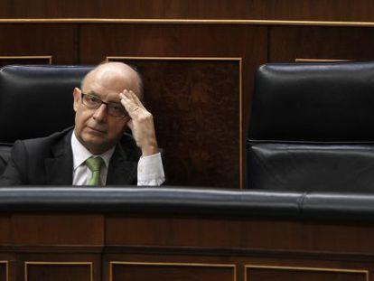 El ministro de Hacienda, Cristóbal Montoro, en su escaño en el Congreso de los Diputados.