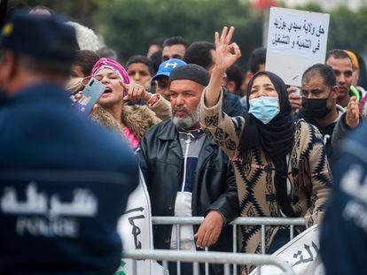Manifestantes en una concentración por el décimo aniversario de la muerte de Mohamed Bouazizi, en su localidad natal de Sidi Bouzid, Túnez, el pasado 17 de diciembre.