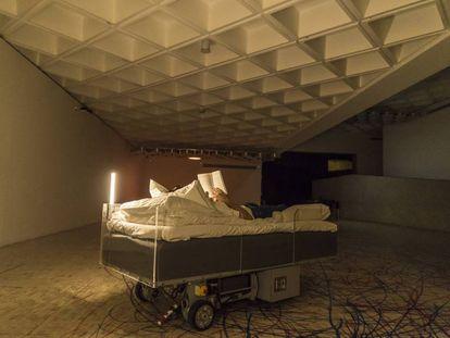 Una de las piezas de 'Two Roaming Beds (Grey)', del artista belga Carsten Höller.
