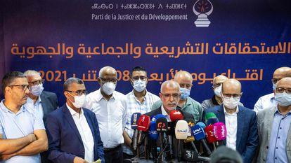 Slimane el Omrani, vicesecretario del Partido Justicia y Desarrollo (PJD), anuncia la dimisión de la cúpula del partido el 9 de septiembre en Rabat.