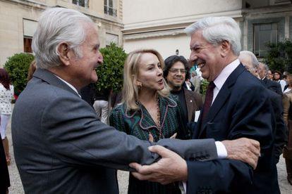 Los escritores Carlos Fuentes (i) y Mario Vargas Llosa, se saludan en 2010
