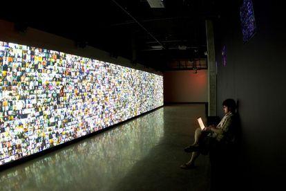 """""""Hello World"""", instalación de Christopher Baker para la exposición """"Big Bang Data"""", en Barcelona."""