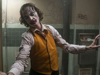 La podredumbre moral que lleva a Joker, un demente diagnosticado, a ser visto como un héroe habita también en la masa embriagada de furia