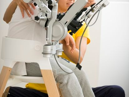 Beatriz Marugán, con uno de los robots de RIE.
