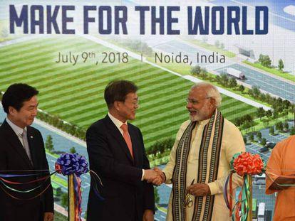 Los primeros ministros de Corea del Sur e India en la inauguración de la fábrica de Samsung en Nueva Delhi.