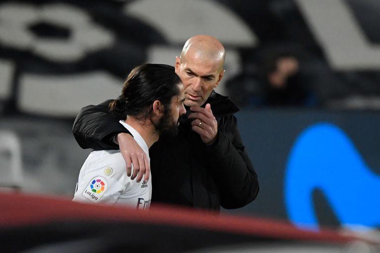 Zidane habla con Isco antes de que este salga contra el Athletic el pasado miércoles en Valdebebas.