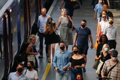 Los londinenses se bajan del vagón del metro en la estación de Waterloo este lunes.