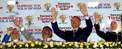 Erdogan y Gül celebran el triunfo flanqueados por sus esposas