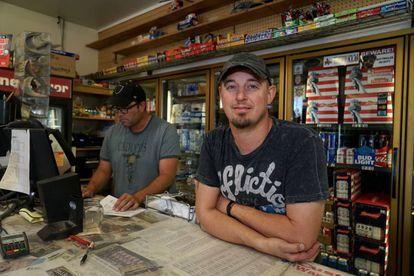 Los hermanos Dan y Clay, en su tienda de licores de Whiteclay.
