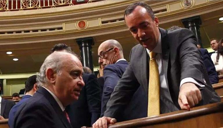 El exministro Jorge Fernández Díaz y el que fuera su secretario de Estado de Seguridad, Francisco Martínez, en el Congreso en su etapa de diputados.