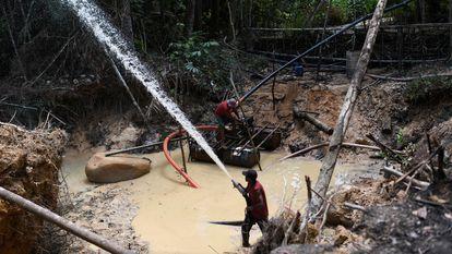 Unos mineros trabajan en un punto de extracción de oro ilegal en Itaiuba, en la Amazonia brasileña, el 4 de septiembre de 2021.