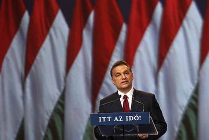 """El primer ministro húngaro, Viktor Orban, se dirige a sus partidarios durante la campaña electoral en abril pasado. """"He aquí el momento"""", dice el lema."""