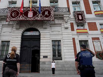 La presidenta de la Comunidad de Madrid, Isabel Díaz Ayuso, durante el minuto de silencio por las víctimas del coronavirus en la Puerta del Sol en Madrid este domingo.