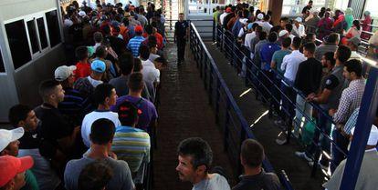 Ciudadanos marroquíes hacen cola para poder acceder a la ciudad de Melilla.