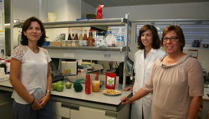 Noelia Betoret, Esther Betoret y Pilar Codonyer, junto al aperitivo de menzana y mandarina.