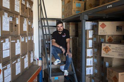 """Jose Ángel Rumbero, en un almacén de su empresa de pirotecnia """"Pepe Cohete"""" en Valmojado."""