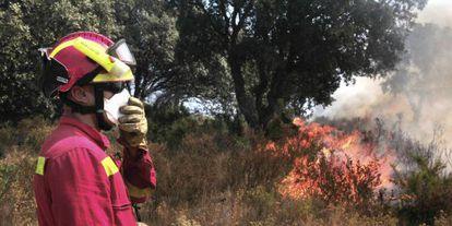 Un miembro de la UME trabaja para sofocar el incendio en la comarca del Alt Empordà.