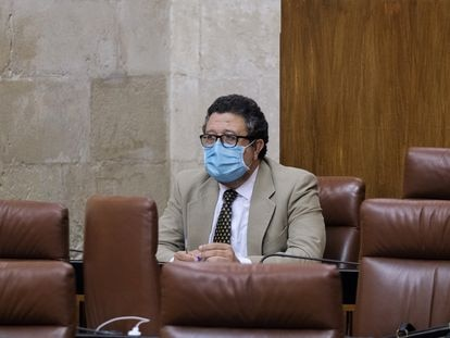 Francisco Serrano durante un pleno en el Parlamento andaluz.