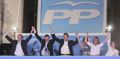 Rajoy celebra la victoria electoral del 22 de mayo de 2011 en medio de los suyos, en la madrileña calle de Génova.