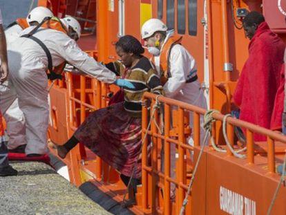 Los servicios de emergencias ayudan a una mujer a su llegada a Canarias en una fotografía de archivo.