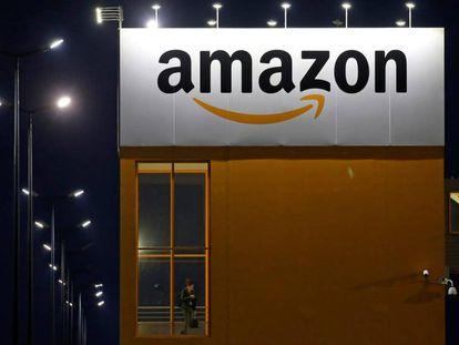 Logo de Amazon en un centro logístico en Francia