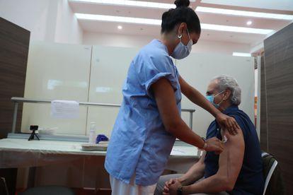 Una enfermera vacuna al consejero madrileño de Sanidad en funciones, Enrique Ruiz Escudero, el sábado en el hospital Puerta de Hierro de Majadahonda.