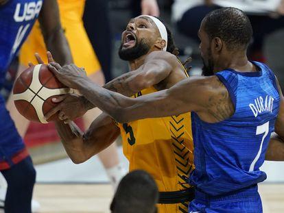 Kevin Durant intenta frenar a Patty Mills durante el partido entre Estados Unidos y Australia.