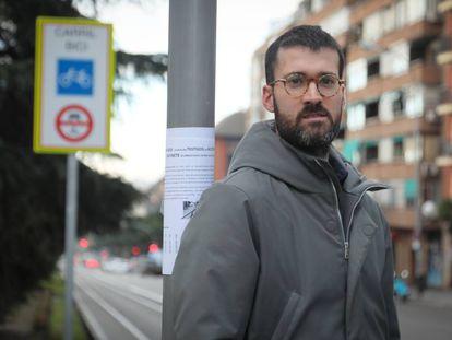 Alex Castañeda, junto al cartel con el que busca a los testigos de su accidente.
