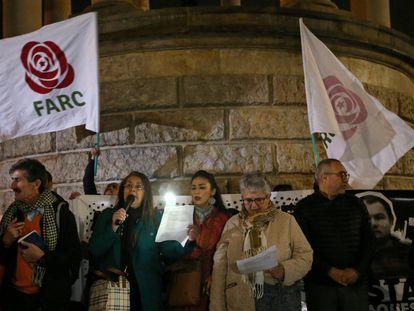 Ciudadanos colombianos hacen una vigilia por exguerrilleros de las FARC asesinados tras el acuerdo de paz con el Gobierno, el 25 de febrero en Bogotá.