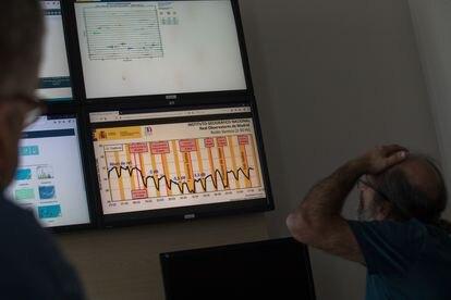 El geofísico Rafael Abella y el ingeniero Juan José Rueda, investigadores del Instituto Geográfico Nacional, observan las mediciones del sensor de ruido sísmico instalado en el Real observatorio de Madrid y que muestran las mediciones durante la pandemia.