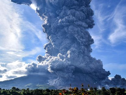 Karo (Indonesia).- (FILE) - Mount Sinabung spews volcanic smoke in Tiga Pancur Village, Karo, North Sumatra, Indonesia, 09 June 2019 (reissued 10 August 2020). According to latest media reports, Mount Sinabung, one of the most active volcanoes in Indonesia, erupted on 10 August spewing a column of volcanic ash high into the sky. Indonesia sits on the Pacific Ring of Fire, which accounts for 80 percent of the world's seismic activity. (Incendio) EFE/EPA/SARIANTO SEMBIRING