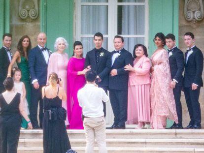 Joe Jonas, en el centro, posa junto a su familia, en Francia, el sábado.