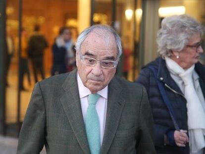 El exministro del Interior Rodolfo Martín Villa a la salida del Tanatorio de La Paz en Tres Cantos (Madrid).