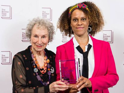 Margaret Atwood y Bernardine Evaristo, con el Booker compartido. En vídeo, entrevista a Atwood tras la publicación de su última novela.