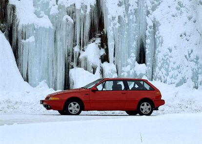 El Volvo 480 se convirtió desde su lanzamiento en 1985 en un modelo de culto, con sus faros retráctiles y el portón trasero de cristal. Un golpe de efecto de la casa especializada en vehículos familiares.