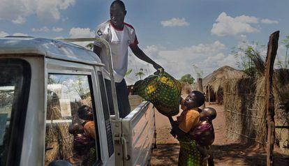 Un trabajador humanitario realiza una entrega a una beneficiaria del proyecto de Mundukide Fundazioa para la generación de oportunidades económicas a través de las capacidades agrícolas, apoyado por la AECID, en Cabo Delgado (Mozambique), en 2017.