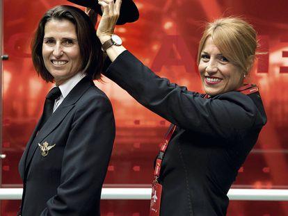 """Guasch (izquierda) y Martínez adoran volar. """"Mi padre fue piloto y mis hijos quieren serlo también"""". """"Desde los 12 años quise ser azafata"""", dice la segunda."""